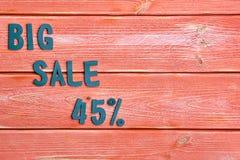 Duży sprzedaży literowanie i dyskontowa oferta przy czterdzieści pięć procentami, metali listy na textured drewnianych deskach ba zdjęcia royalty free