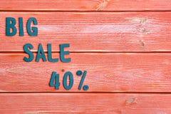 Duży sprzedaży literowanie i dyskontowa oferta przy czterdzieści procentami, metali listy na textured drewnianych deskach barwimy fotografia royalty free