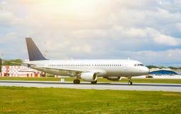Duży srebny pasażera samolotu odrzutowego samolot na pasie startowym przy lotniskiem słoneczny dzień fotografia stock