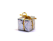 Duży srebny prezent na białym tle Bożenarodzeniowy prezenta pudełko w ulistnienia opakowaniu z złocistym nicianym łękiem Zdjęcia Royalty Free