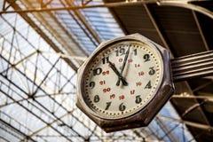 Duży stary, rocznika zegaru zrozumienie z dachem dworzec zdjęcia royalty free