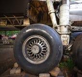 Duży Stary samolotu przegląd w Samolotowym Junkyard Samolot Jest Rozmontowywa Swój składnik obraz stock