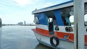 Duży statek przy dokiem na usta Chaopraya Samutprakarn rzeczna prowincja Tajlandia Obrazy Royalty Free