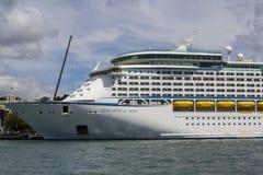 Duży statek wycieczkowy dokujący zdjęcia royalty free