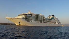 Duży statek wycieczkowy w schronieniu Palamos w Hiszpania, Seabourn bis od Bahamas, długość 210m, pasażery 592 zbiory