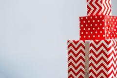 Duży stos kolorowi zawijający prezentów pudełka Bożenarodzeniowej teraźniejszości pudełko w opakunkowym papierze Szczęśliwy noweg obrazy royalty free