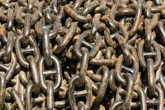 Duży stos masywny metalu łańcuch używać w okrętownictwie Fotografia Stock