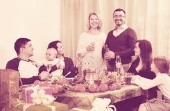 Duży szczęśliwy pozytywny rodzinny obsiadanie przy wakacje stołem Obrazy Stock