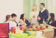 Duży szczęśliwy rodzinny obsiadanie przy wakacje stołem Zdjęcia Royalty Free