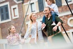 Duży szczęśliwy rodzinny odprowadzenie na ulicie po robić zakupy przy ulicą Zdjęcie Stock