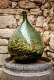 Duży szklany wino butelki przyrodni pełny korki w malowniczym Eze Fotografia Royalty Free