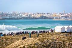 Duży tłum ludzie ogląda dużego falowego łamanie przy 2017 MEO rip curl Pro Portugalia w Peni Peniche Portugalia, Oct - 18th 2017  fotografia stock