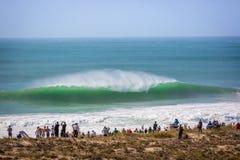 Duży tłum ludzie ogląda dużego falowego łamanie przy 2017 MEO rip curl Pro Portugalia w Peni Peniche Portugalia, Oct - 18th 2017  obrazy royalty free