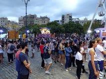 Duży tłum przy park rozrywki przejażdżką w Barcelona Hiszpania zdjęcia royalty free