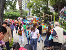 Duży tłum przy sztuka eksponatem w Meksyk Zdjęcie Royalty Free