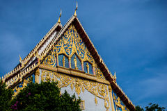 Duży tajlandzki kościół pod niebieskim niebem Obrazy Stock