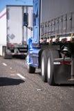 Duży takielunków semi ciężarówek konwój z różnymi przyczepami dla długiego i obrazy royalty free
