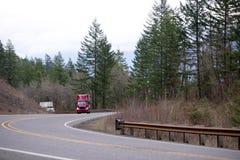Duży takielunku semi ciężarówek konwój iść up wzgórze na wijącej górze zdjęcia royalty free