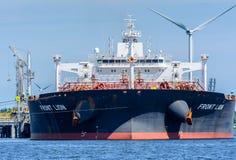 Duży tankowa przodu lew cumują przy jetty od Zenitowej energii Obrazy Royalty Free