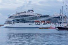 Duży turystyczny statek blisko śródziemnomorskiego grodzkiego Palamos w Hiszpania, 03 06 2018 Hiszpania Zdjęcia Royalty Free