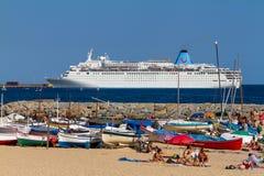 Duży turystyczny statek blisko śródziemnomorskiego grodzkiego Palamos w Hiszpania, Tui statek, 08 03 2012 Hiszpania Zdjęcie Royalty Free