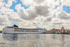Duży turystyczny statek wycieczkowy dokował w porcie Hawański z niebieskim niebem obrazy royalty free