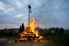 Duży walpurgis nocy ogień z czarownicą Obraz Stock