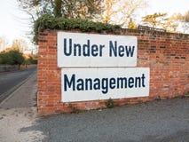 duży wielki biały i czarny znak na ściana z cegieł pod nowymi managemen Zdjęcie Stock