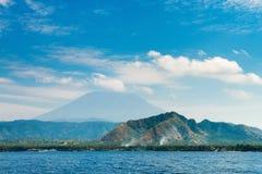 Duży wulkanu wzrost nad morzem i wyspą Zdjęcie Stock