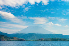 Duży wulkanu wzrost nad morzem i wyspą Obrazy Stock