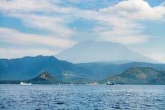 Duży wulkanu wzrost nad wyspą i morzem Fotografia Royalty Free