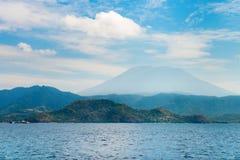 Duży wulkanu wzrost nad wyspą i morzem Zdjęcia Stock