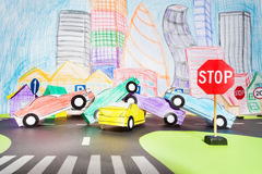 Duży wypadek uliczny przy skrzyżowaniem w zabawkarskim mieście obraz stock