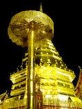 duży złocisty pagodowy parasol Zdjęcia Stock