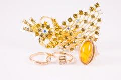 Duży złocisty pierścionek z złocistą i złocistą broszką Obraz Royalty Free