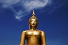 Duży złoty Buddha przy niebieskim niebem Wat Muang Ang pasek Zdjęcia Royalty Free