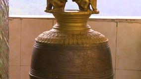Duży złoty sculpted dzwon zbiory wideo