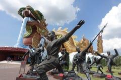 Duży złoty smok Suphanburi, Tajlandia zdjęcia royalty free