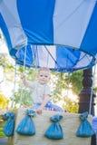 Duży zabawka balon w miasto parku Stołu przykład Urodziny - jeden roczniak z postacią liczba jeden Chłopiec siedzenie inside Obrazy Royalty Free