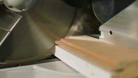 Duży zakończenie Cieśla ciie drewnianą deskę z elektryczną kurendą zobaczył maszynę Zwolnione tempo pył cząsteczki zbiory wideo