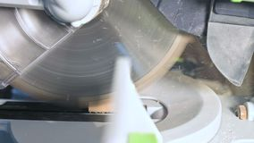 Duży zakończenie Cieśla ciie drewnianą deskę z elektryczną kurendą zobaczył maszynę Zwolnione tempo pył cząsteczki zdjęcie wideo