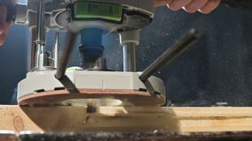 Duży zakończenie Cieśla ciie drewnianą deskę z elektrycznym mieleniem zobaczył Zwolnione tempo pył cząsteczki i zobaczył zbiory