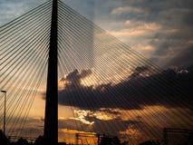 Duży zawieszenie mostu wierza przy zmierzchem - sunrays zdjęcia stock