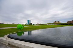Duży zielony ślimaczek blisko nawadnia Zdjęcia Royalty Free
