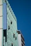 Duży zielony budynek z sztandarem obrazy royalty free