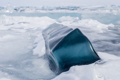 Duży zmrok - błękita kwadrata lód na powierzchni zamarznięty Baikal kawałek Fotografia Royalty Free