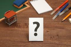 Duży znak zapytania na białym papierze z nauki narzędziem jako tło zdjęcie stock