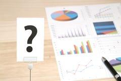 Duży znak zapytania na biznesowych dokumentach i kawałku papieru Zdjęcie Stock