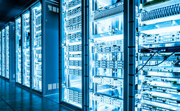 Dużych dane serweru ciemny pokój z jaskrawym wyposażeniem Zdjęcia Stock