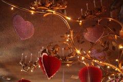 Dużych rozmiarów złoty świecznik z Valentine& x27; s dnia kierowe dekoracje przy madonny austerią Zdjęcia Royalty Free